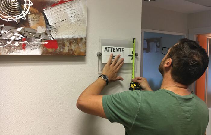 Mise à jour de la signalétique dans le cabinet du Centre Ophtalmologie Genevois